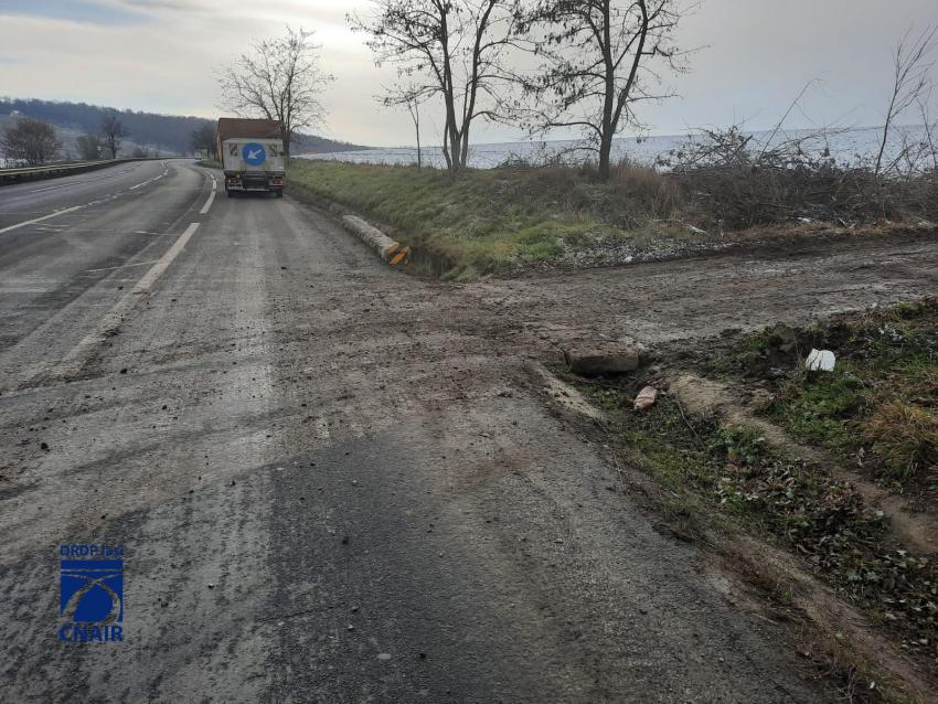 Atenție, șoferi! Noroi transportat pe carosabil de camioane pe DN 28