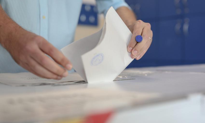 Scandal monstru la Sectorul 1. Poliția verifică imaginile cu persoane aflate printre sacii cu voturi