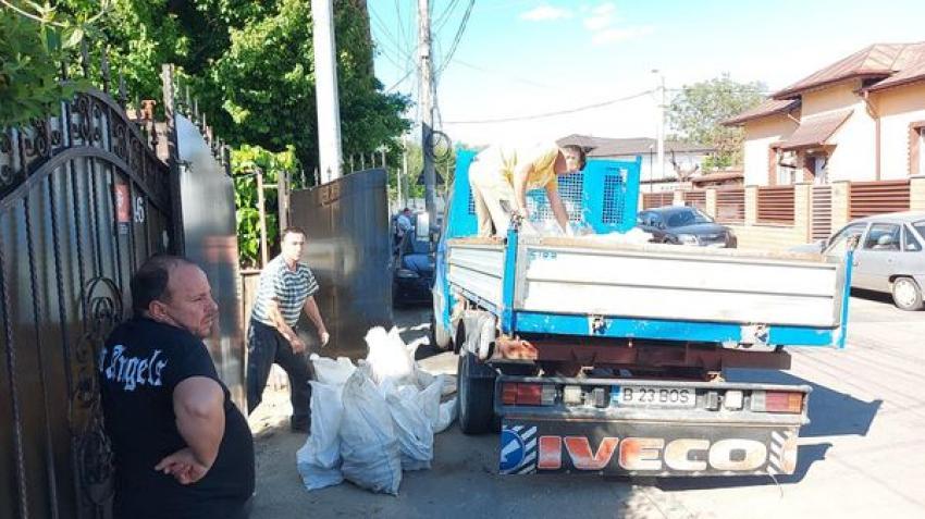 Un bărbat a primit o amendă de 30.000 lei pentru că a vrut să arunce gunoaie pe domeniul public. Mașina folosită a fost confiscată