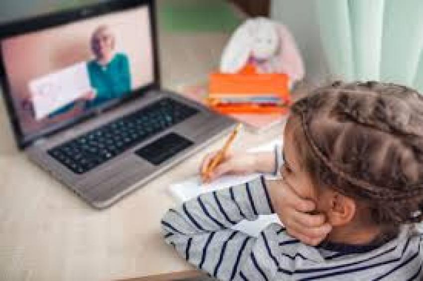 100.000 de elevi încep școala online