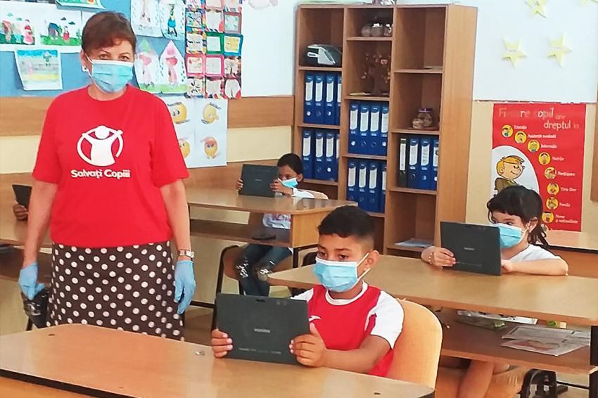 Organizaţia Salvaţi Copiii România trimite 450 de tablete copiilor vulnerabili din șase județe