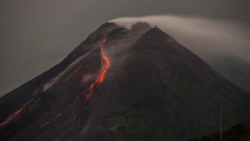 Indonezia: Doi vulcani au erupt în același timp